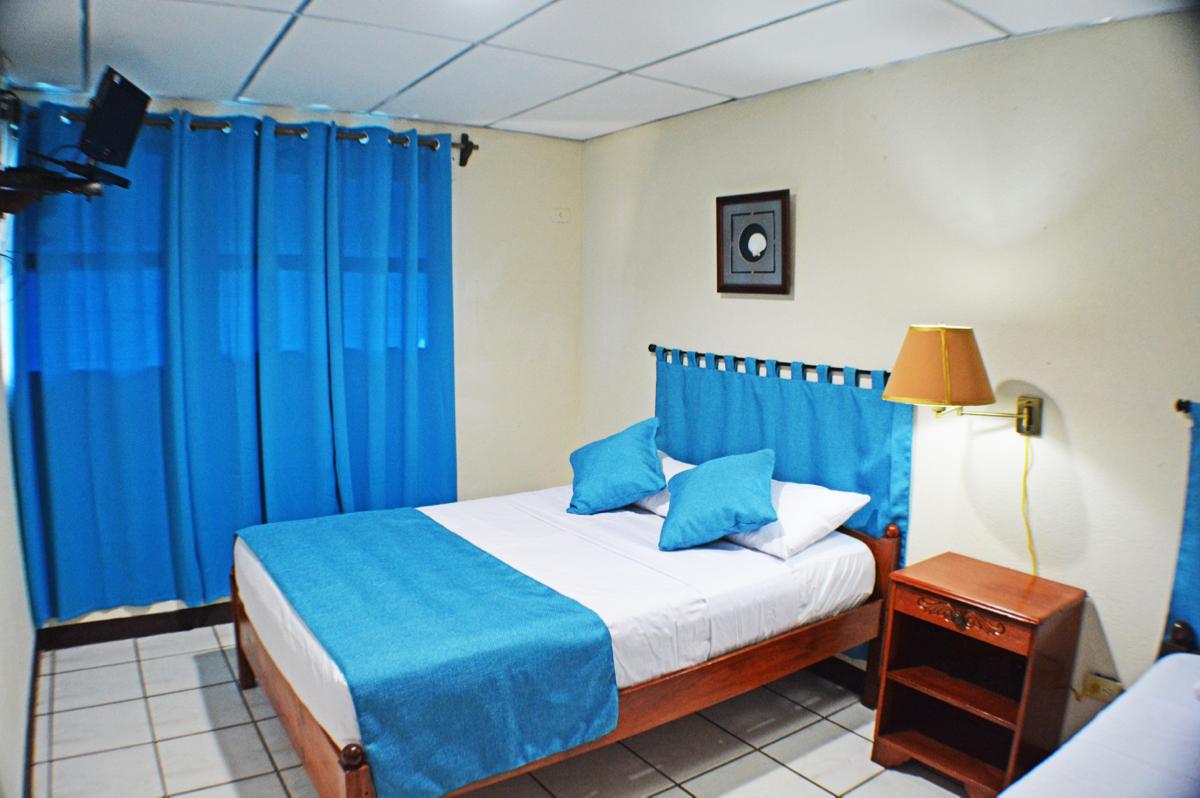 Habitaci n sencilla 1 persona suyapa beach hotel for Habitacion quintuple
